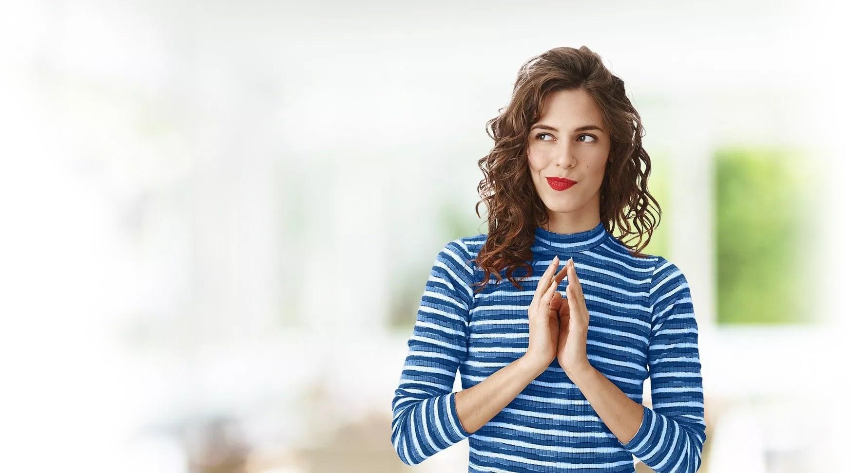Attraktive Frau auf hellen Hintergrund